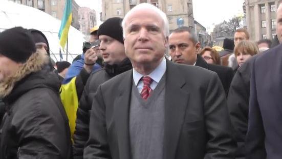 McCain entschuldigt Einsatz von Streubomben durch Kiew: Wir hätten richtige Waffen liefern müssen