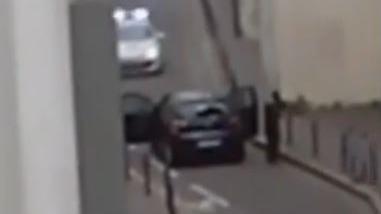 """""""Waren es Platzpatronen?"""" Neues Video zeigt, wie Paris-Attentäter ein Polizeiauto beschießen"""