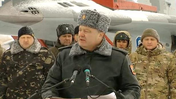 """Ukrainischer Präsident übergibt neue Waffen an Armee: """"Ich bin überzeugt, dass 2015 das Jahr unseres Sieges wird"""""""