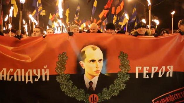 Russische Journalisten zusammengeschlagen und beraubt bei Fackelumzug des Rechten Sektors in Kiew
