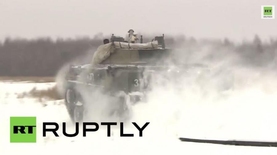 Drohne filmt Übung von russischen Luftlandetruppen mit BMD-4M