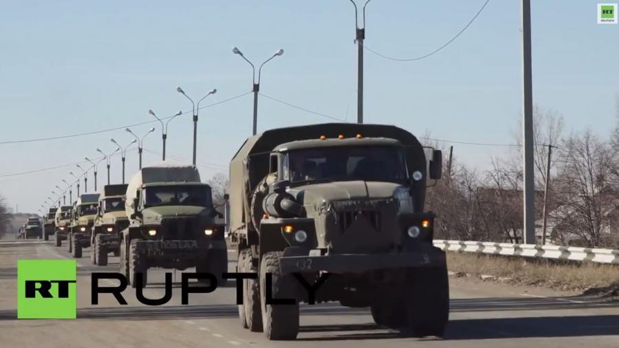 Ostukrainische Volksmilizen ziehen ihre GRAD-Raketenwerfer von der Frontlinie ab