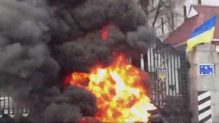 Kiew vor neuem Putsch? Aidar-Bataillon setzt Feuer vor Verteidigungsministerium