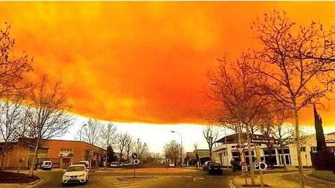 Riesige orangenfarbene toxische Wolke bedeckt Vorort von Barcelona