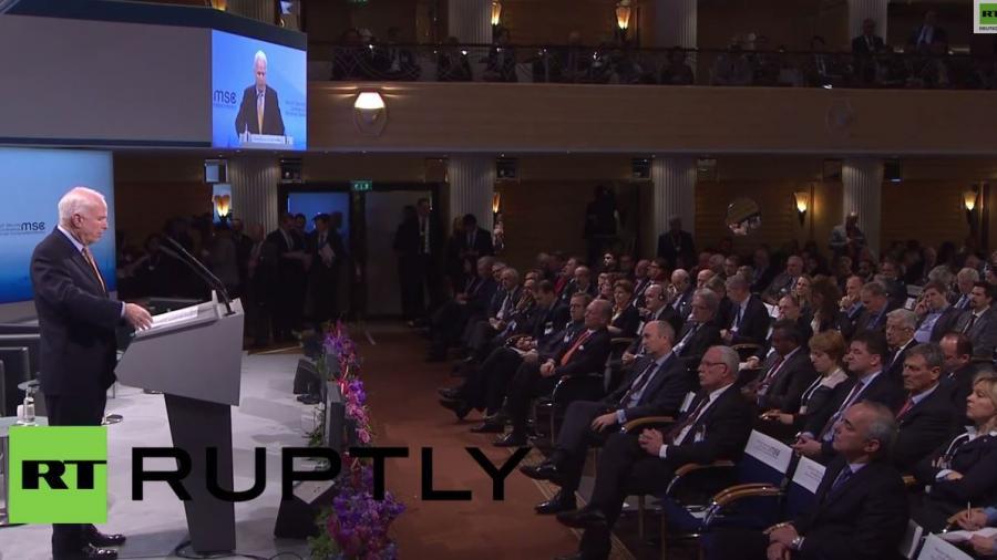 McCain in München: Waffen für die Ukraine, denn Putin will keine diplomatische Lösung