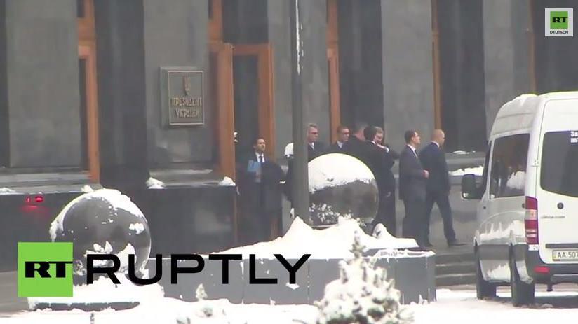 Liebe unter Waffenbrüdern? Poroschenko umarmt John Kerry zum Abschied