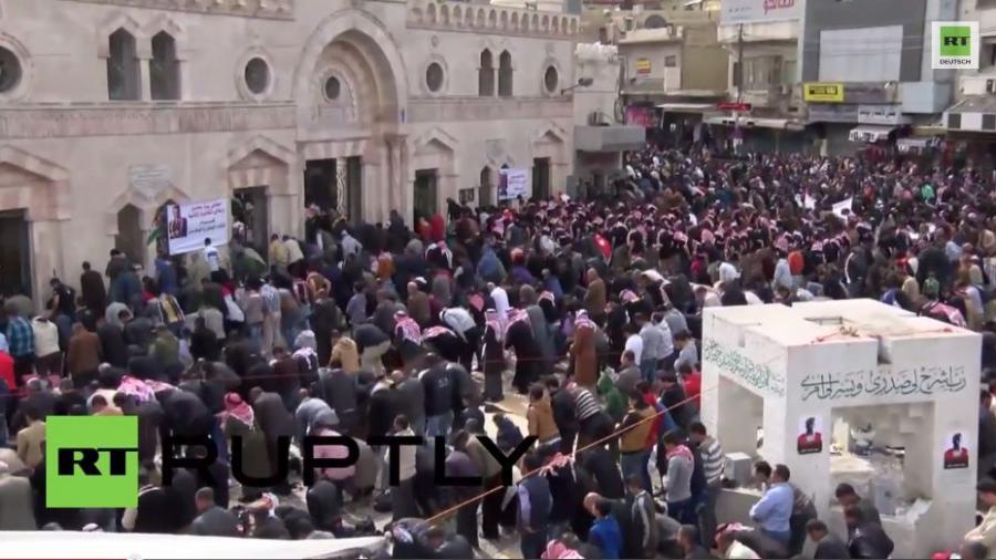 Jordanier demonstrieren gegen die Verbrennung des jordanischen Piloten durch den IS