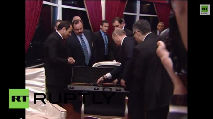 Putin schenkt ägyptischen Präsidenten el-Sisi eine Kalaschnikow