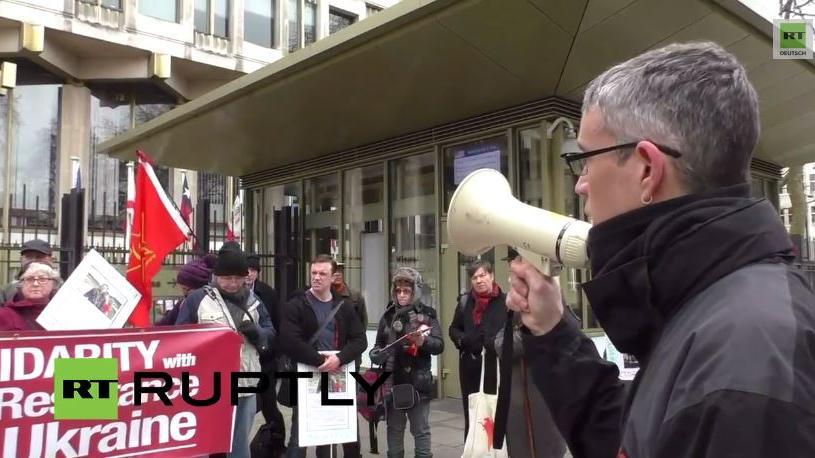 """London: Anti-NATO-Demonstranten fordern vor US-Botschaft """"Frieden für Donbass"""""""