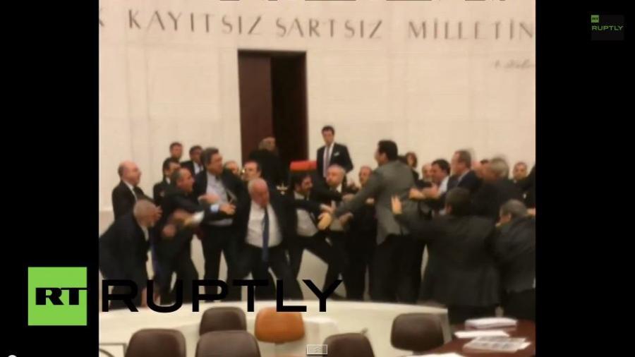 Klappe die Zweite - Wieder Massenschlägerei im türkischen Parlament