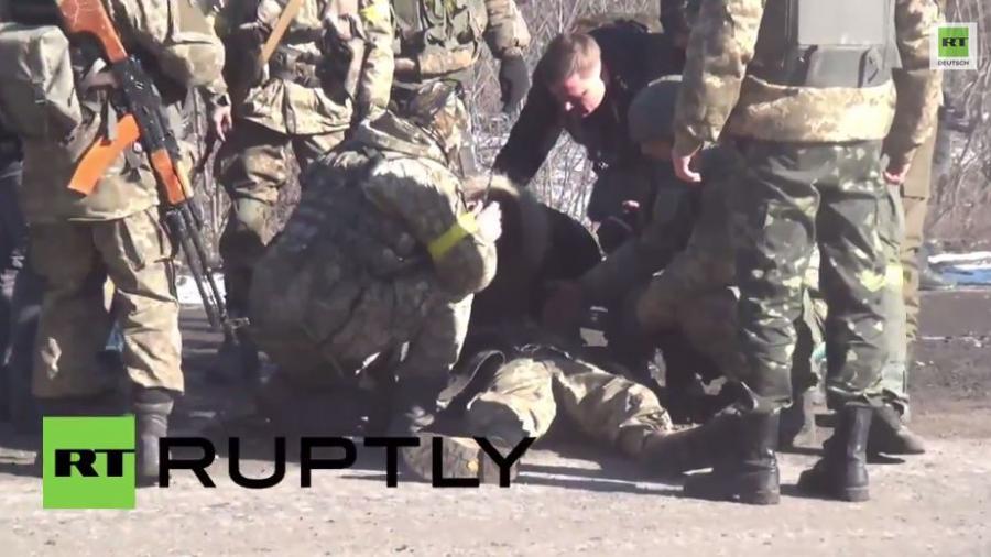 Völlig erschöpfter ukrainischer Soldat fällt vom Schützenpanzer beim Rückzug aus Debalzewo