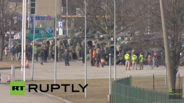 """Live: Werbetour """"Dragoon Ride"""" von US-Militärkonvoi in Riga, Lettland"""