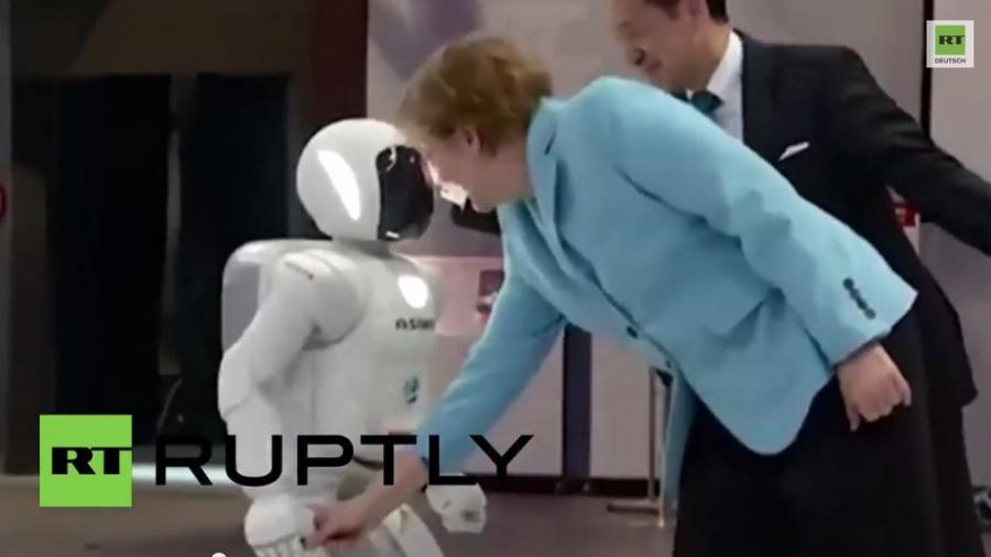 Japan: Angela Merkel freundet sich mit dem Roboter Asimo in Tokyo an