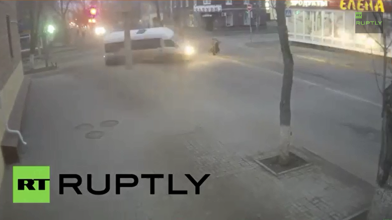 Russland: Frau entkommt haarscharf Crash mit einem Kleinbus