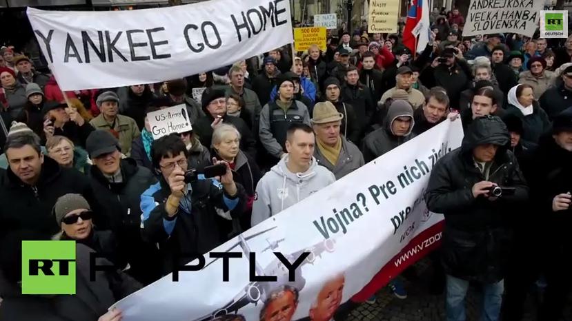 """Bratislava: Protest """"Keine NATO-Basen in der Slowakai"""" vor US-Botschaft"""