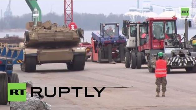NATO lässt die Muskeln spielen - Über 100 US- Panzerfahrzeuge rollen in Lettland ein