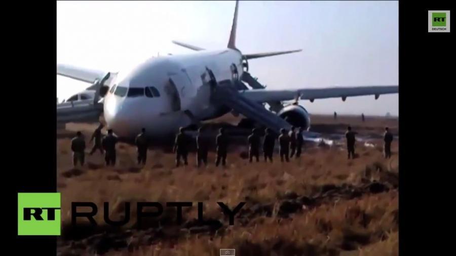 Nepal: Turkish Airlines - Bruchlandung neben der Fahrbahn