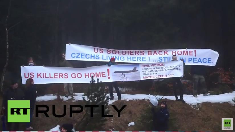 """Antikriegs-Aktivisten in Tschechien: """"US-Mörder geht nach Hause"""""""