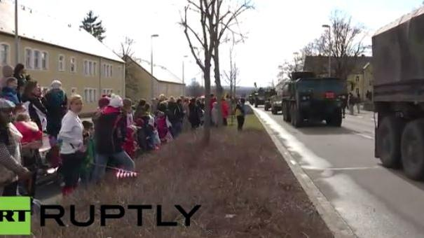 "Live: Willkommensparade des US-Propagandakonvois ""Dragoon Ride"" in Vilseck"