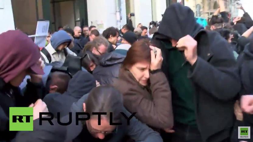 Berlin mag es bunt: Farbbeutelattacke gegen Frontex-Chef wegen Flüchtlingsdrama
