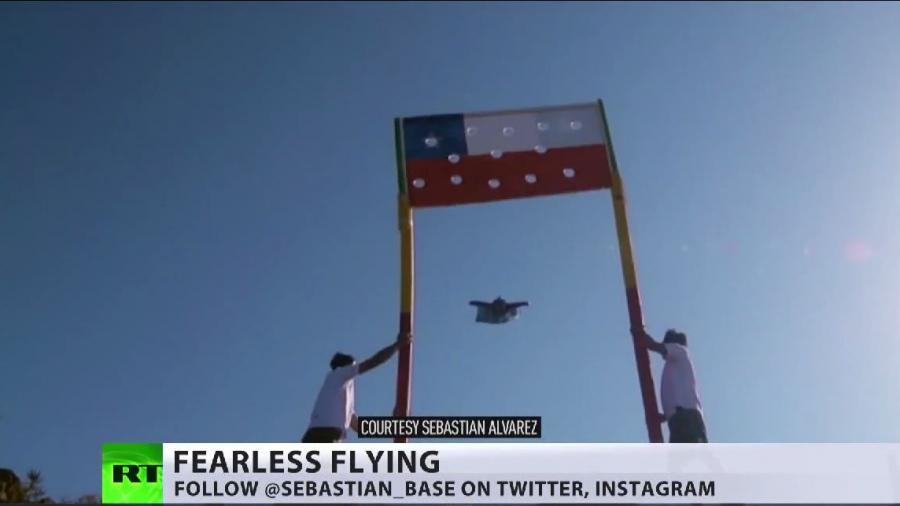 """Adrenalin pur"": Wingsuit-Pilot fliegt durch chilenische Fahne"
