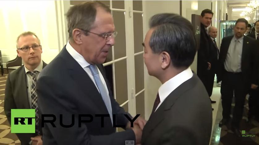 Außenminister Chinas und Russlands geben Pressekonferenz