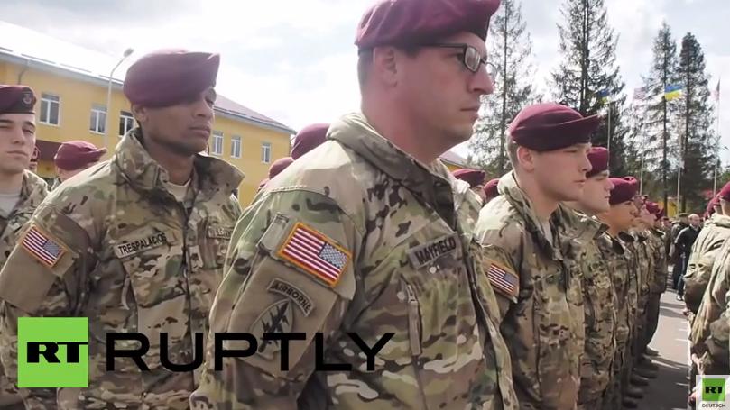 Poroschenko heißt US-Fallschirmspringer zu Kampfübungen in der Ukraine willkommen