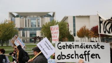 Geheimdienstgegner vor dem Kanzleramt. Quelle: Creative Commons BY-NC-SA 3.0. by nibbler.de
