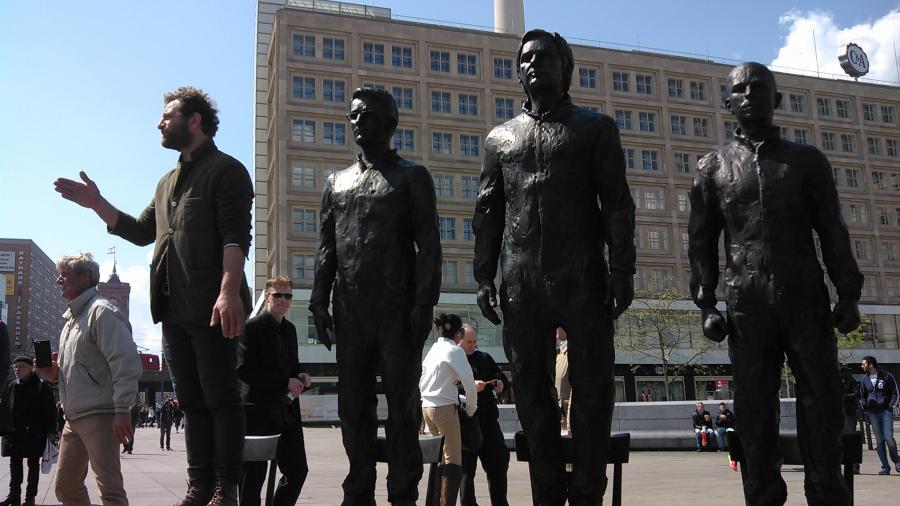 Hat jemand was zu sagen? Whistleblower-Skulpturen laden in Berlin zur Solidarität mit Snowden, Manning und Assange ein