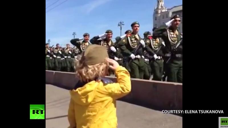 Moskau: Truppen geben kleinem Kind militärischen Gruß zum Tag des Sieges