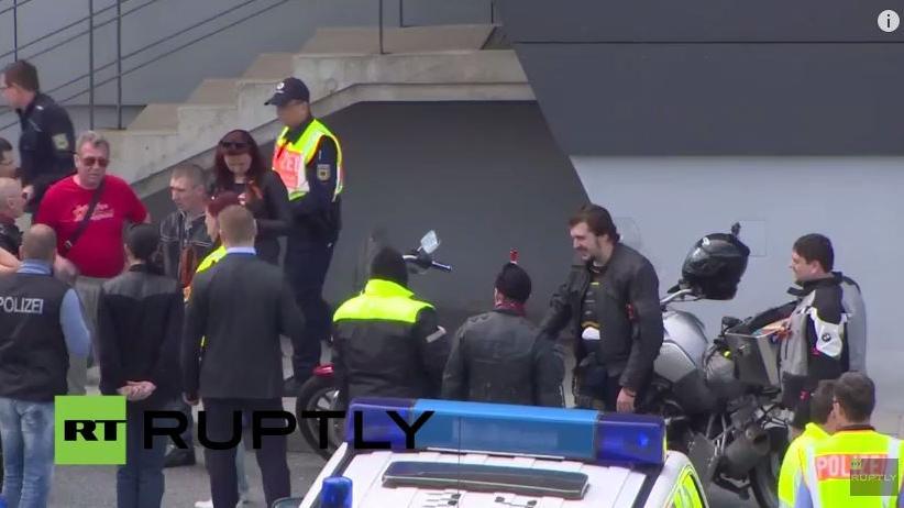 """Live: """"Berlin wir kommen"""" - Nachtwölfe überqueren deutsch-tschechische Grenze"""