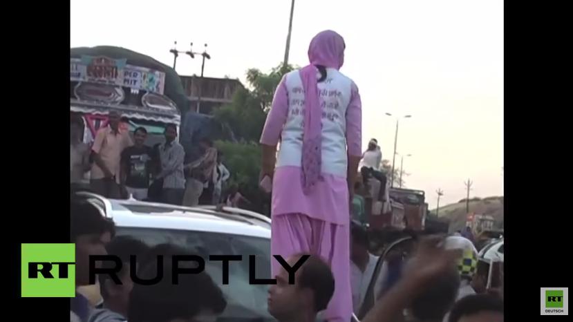 Indien: Frau zerschlägt Windschutzscheibe, weil ein Mann ihr zuzwinkerte