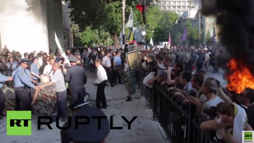 Kiew: Brennende Reifen, Zusammenstöße mit der Polizei und die Forderung zum Tilgungsstopp