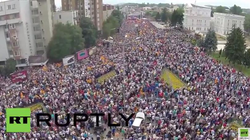 Drohne fängt Massenprotest gegen die Regierung Mazedoniens ein