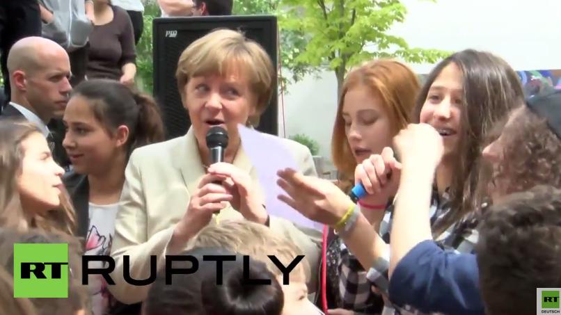 Bundeskanzlerin Merkel besucht Schule in Berlin-Neukölln, um für Europa und Integration zu werben