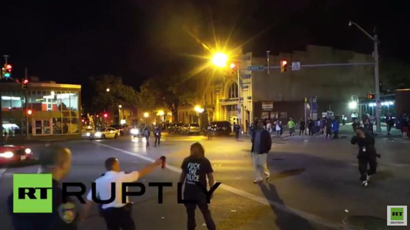 Baltimore: Ohne Wenn und Aber - Unbewaffneter Demonstrant kriegt Pfefferspray mitten ins Gesicht gesprüht