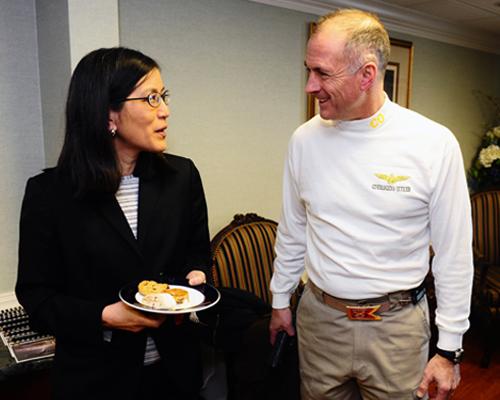 Geschäftsträgerin der US-Botschaft in Norwegen, Julie Furuta-Toy, im Gespräch mit einem US-Navy Kommandeur in Oslo - Quelle: US-Embassy Oslo
