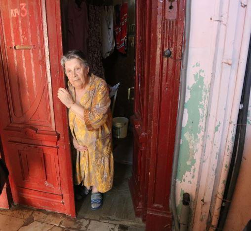Swetlana vor ihrer verschimmelten Wohnung - Quelle: Anna Schalimowa