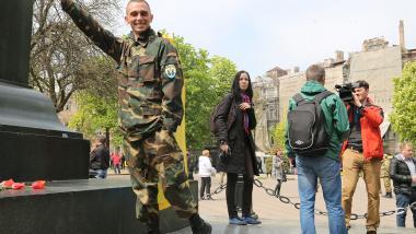 Ein Mitglied des Rechten Sektors freut sich über die Anwesenheit von deutschen Journalisten -  Quelle: Anna Schalimowa
