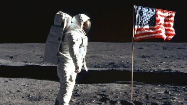 US-Astronaut mit Flagge auf dem Mond. Quelle: NASA