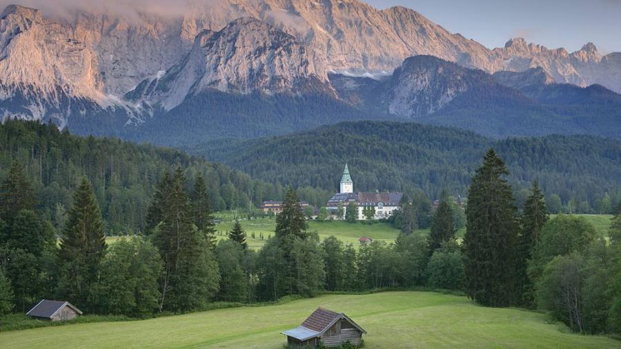Schöne Fotokulisse: Schloss Elmau in Bayern. Quelle. Schloss Elmau, gemeinfrei
