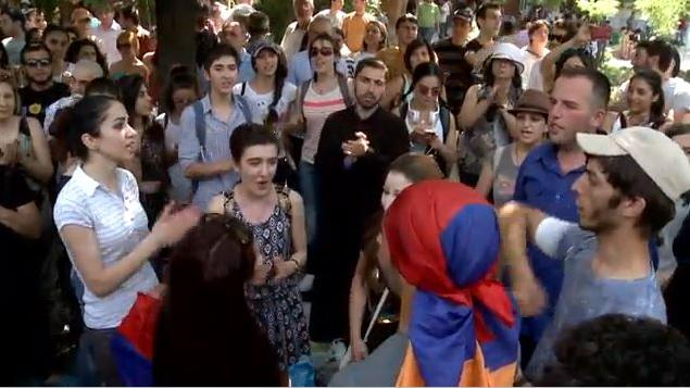 Armenien: Mehrheit der Demonstranten zieht sich zurück und baut Barrikaden ab - Präsident signalisiert Entgegenkommen