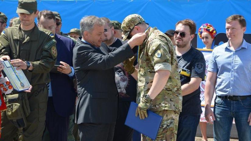 """Ukrainischer Innenminister verleiht Asow-Bataillon Kriegsorden für """"Befreiung von Anti-Regierungskräften"""""""
