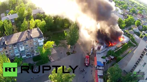 Drohnen-Video: Großfeuer in Donezk nach Artillerieangriff auf Markt und Wohngebäude