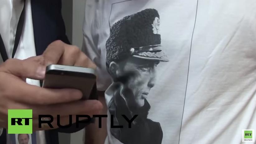 """EU-Abgeordneter trägt Putin-Shirt """"für die Idioten, die Krieg gegen Russland spielen"""""""