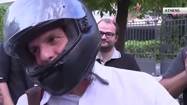 Der etwas andere Minister- Varoufakis gibt improvisierte Pressekonferenz auf seinem Motorrad