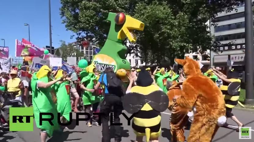 München: Anti-G7-Demonstranten verkleiden sich gegen US-Saatgutkonzern Monsanto