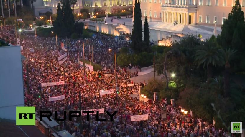 Live: Tausende versammeln sich in Solidarität mit Regierung vor dem Parlament in Athen