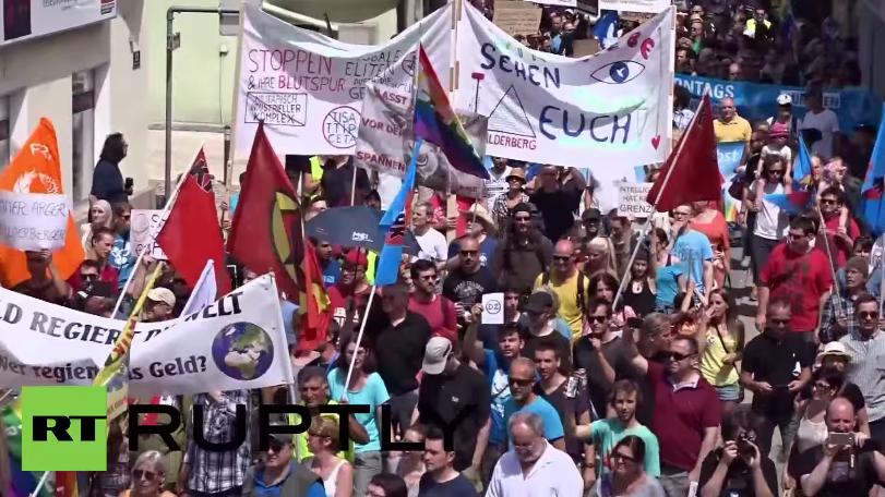 Österreich: Hunderte Anti-Bilderberg-Demonstranten ziehen durch Telfs