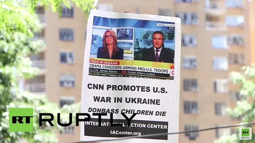 """New York: """"CNN fördert den US-Krieg in der Ukraine""""– Protest gegen US-Medien vor CNN Gebäude"""